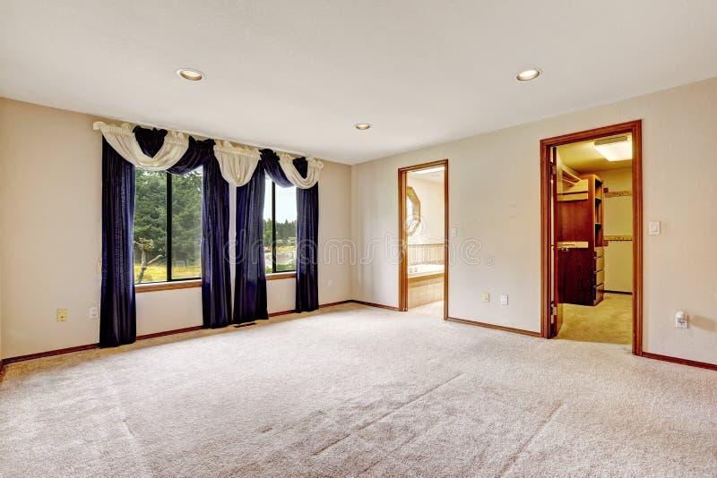 Pusta masther sypialnia z purpurowymi zasłonami obrazy stock
