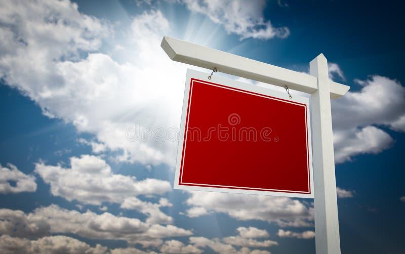 pusta nieruchomość nad istnym czerwieni znaka niebem fotografia stock