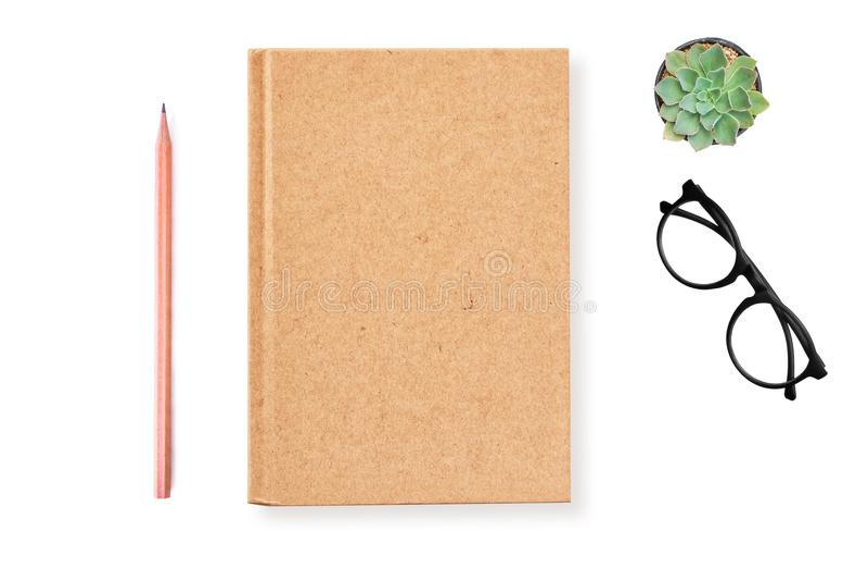 Pusta notatnik pokrywa, Brown papieru Kraft papier z ołówkiem na białym tle z ścinek ścieżką dla egzaminu próbnego up zdjęcie royalty free
