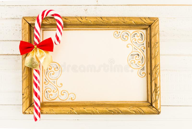 Pusta obrazek rama z Bożenarodzeniowym trzcina cukierkiem obrazy stock
