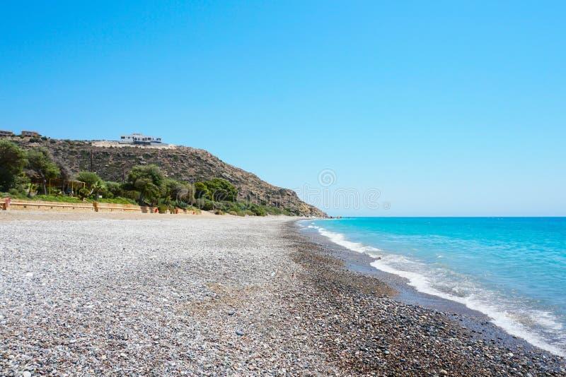 Pusta otoczak plaża na Śródziemnomorskim wybrzeżu w Cypr obrazy royalty free
