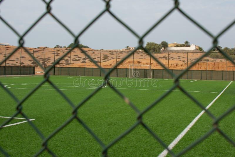 Pusta piłki nożnej smoła przeglądać z zewnątrz ogrodzenia fotografia stock