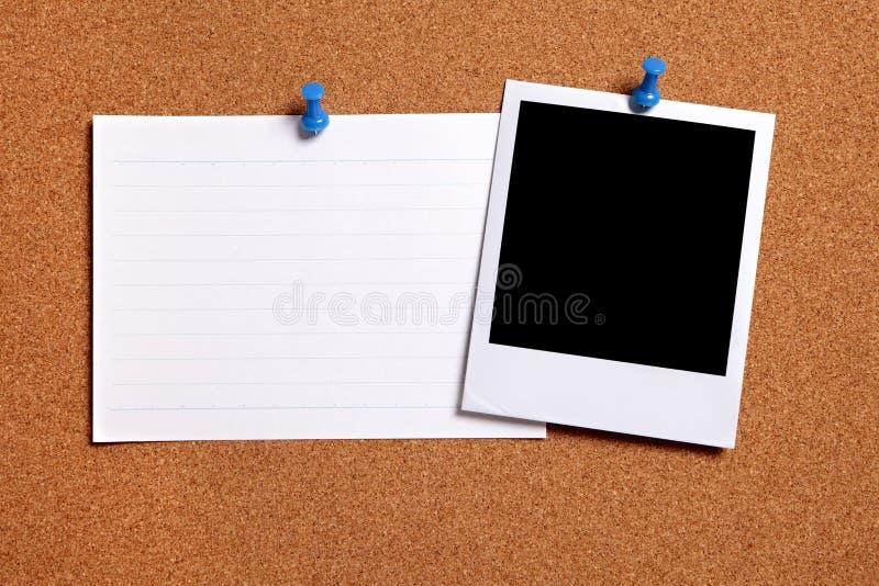 Pusta polaroid fotografii rama, korkowa zawiadomienie deska, biała wskaźnik karta, kopii przestrzeń zdjęcia royalty free