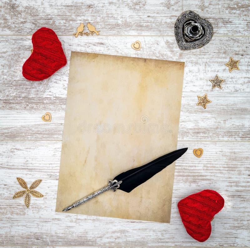 Pusta rocznik walentynki dnia karta z czerwonymi cuddle sercami, drewnianymi dekoracjami, atramentem i dutką, - odgórny widok obrazy royalty free