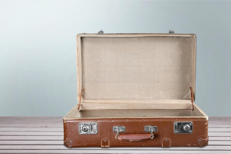 Pusta rocznik walizka na drewnianym tle obrazy stock