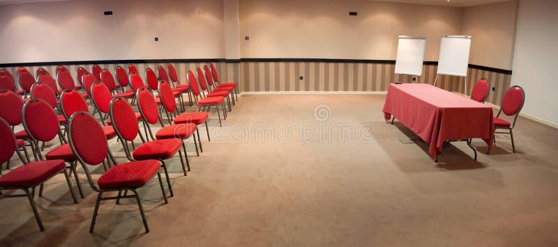 Pusta sala konferencyjna z czerwonymi krzesłami zdjęcie royalty free