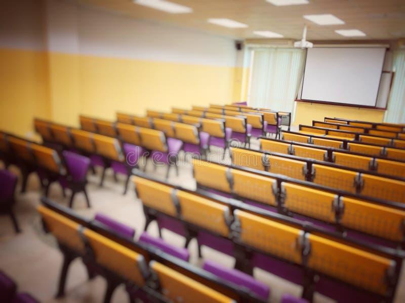 Pusta sala lekcyjna, sala wykładowa przygotowująca się do edukacji na uniwersytecie, sala konferencyjna przed spotkaniem Spotkani obraz stock