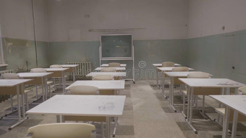 Pusta sala lekcyjna z drewnianymi biurek, białych i zielonych kredowymi deskami w szkole, pusta sala Zaniechana Szkolna sala lekc zdjęcie royalty free