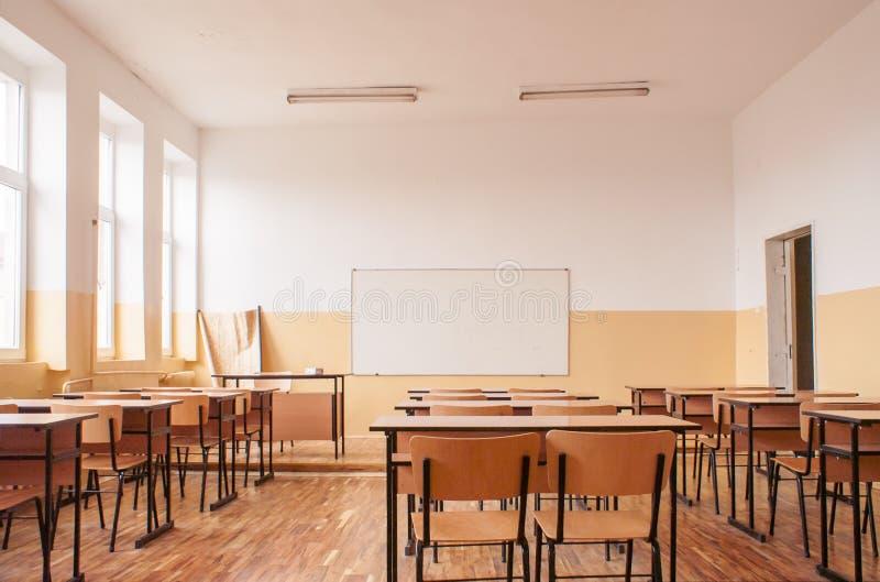 Pusta sala lekcyjna z drewnianymi biurkami obraz royalty free