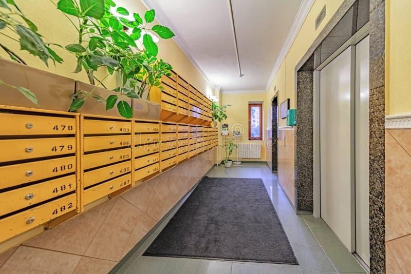Pusta sala ze skrzynkami pocztowymi i drzwiami windy fotografia stock