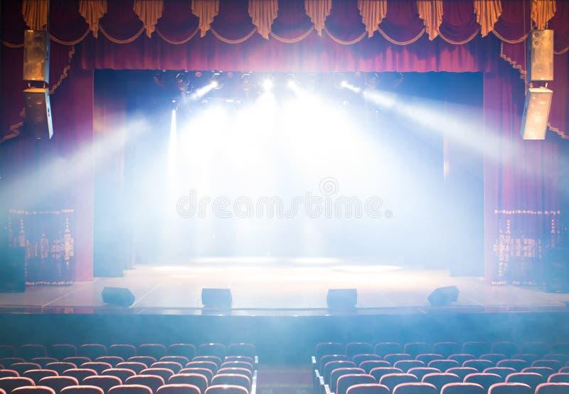 Pusta scena teatr, zaświecająca światłami reflektorów i dymem fotografia royalty free