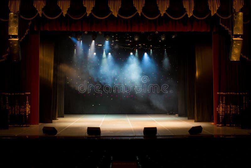 Pusta scena teatr, zaświecająca światłami reflektorów i dymem obraz royalty free
