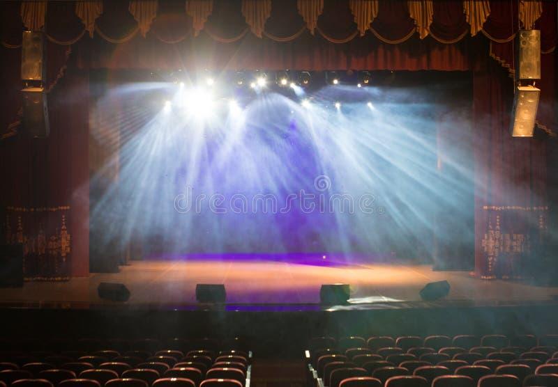 Pusta scena teatr, zaświecająca światłami reflektorów i dymem obraz stock