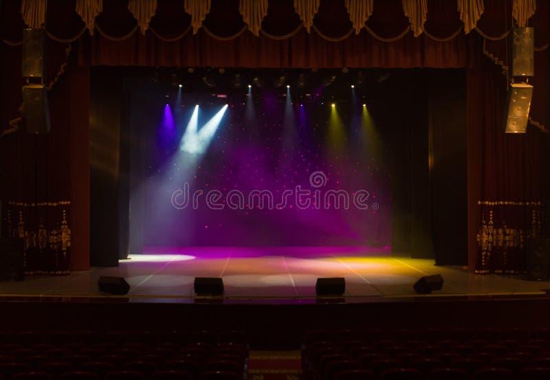 Pusta scena teatr, zaświecająca światłami reflektorów i dymem zdjęcie royalty free
