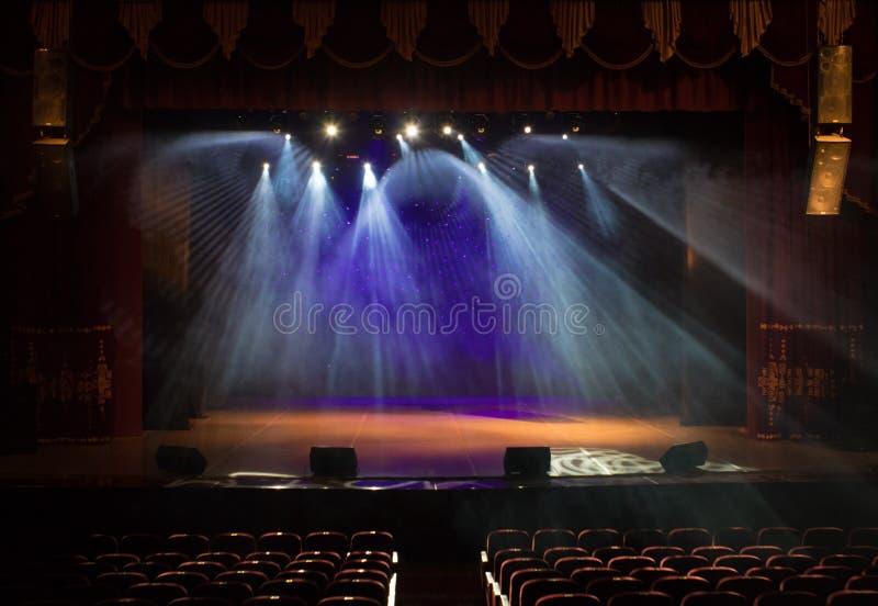 Pusta scena teatr, zaświecająca światłami reflektorów i dymem obrazy royalty free