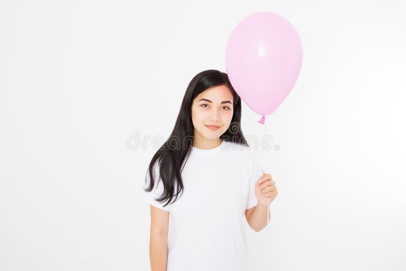 Pusta szablonu t koszula szczęśliwy urodziny Szczęśliwa azjatykcia dziewczyna z balonem odizolowywającym na białym tle kosmos kop zdjęcie stock