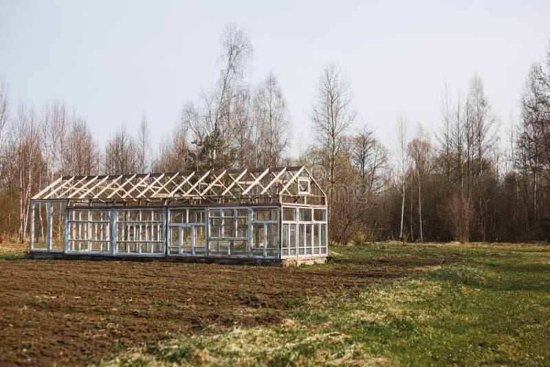 Pusta szklarnia w wiośnie w ogródzie fotografia stock