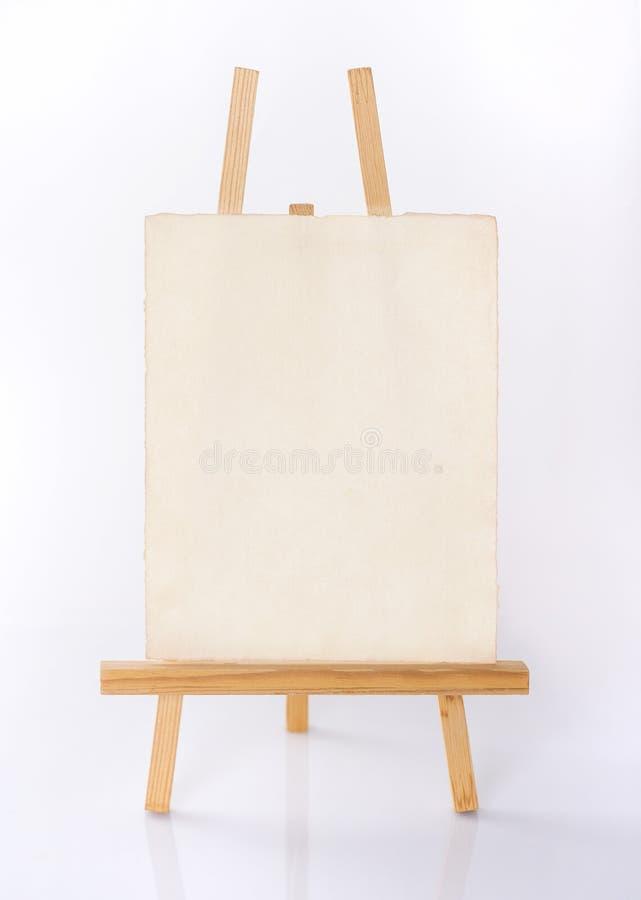Pusta sztuka deskowa i drewniana sztaluga odizolowywająca na białym tle obrazy stock