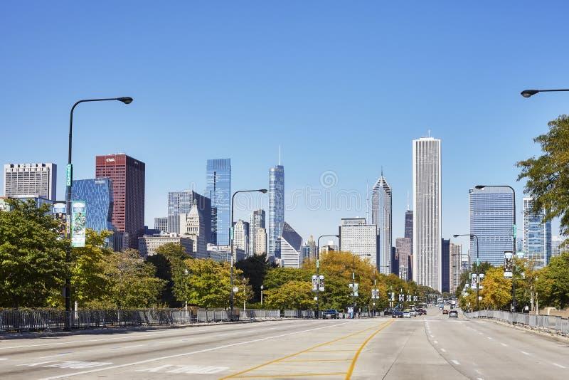 Pusta ulica w Chicagowskim śródmieściu z bezchmurnym niebem w tle obraz stock