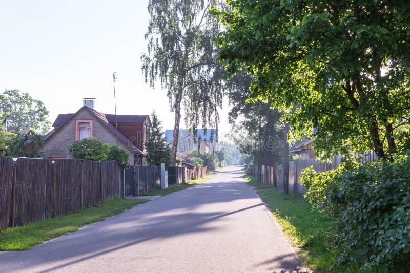 Pusta ulica w wczesne lato ranku fotografia stock