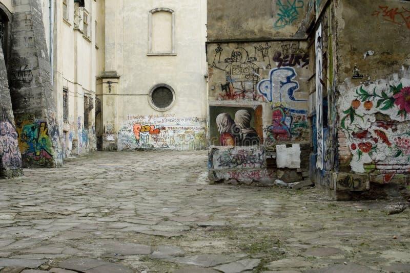 Pusta ulica z graffiti na ścianach starzy budynki w starym miasteczku obrazy royalty free