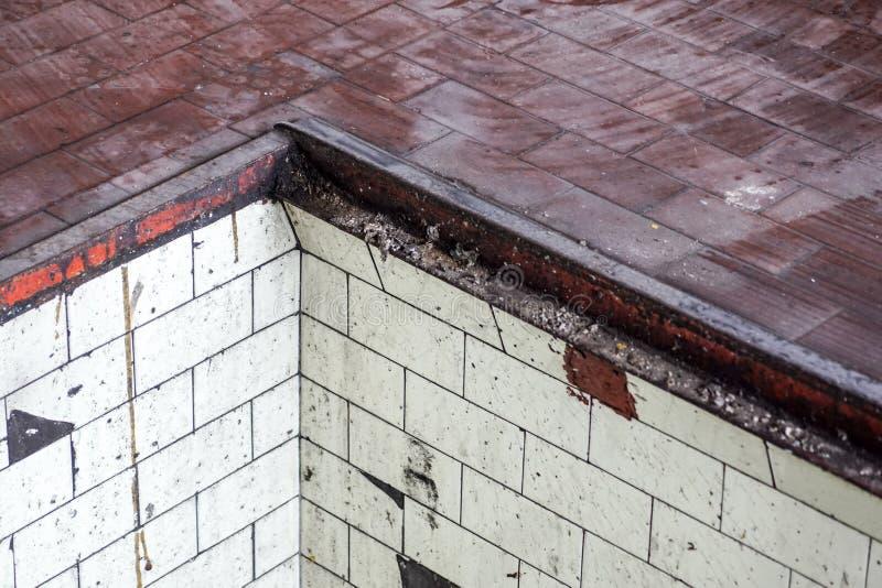 Pusta ulica z starym magazynowym ściana z cegieł, przemysłowy tło, obrazy stock