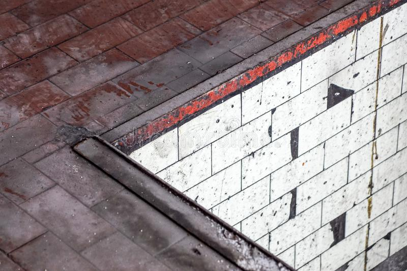 Pusta ulica z starym magazynowym ściana z cegieł, przemysłowy tło, obraz stock