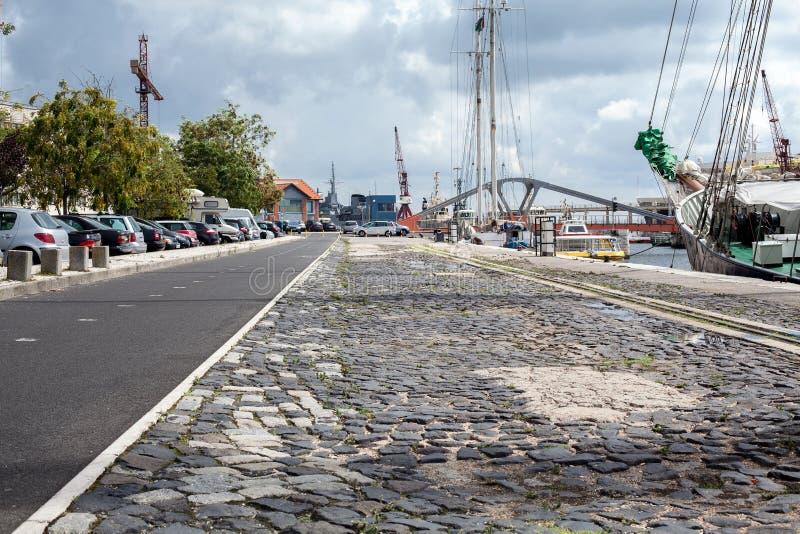 Pusta uliczna droga w mieście z niebem fotografia royalty free