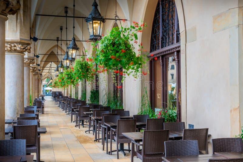 Pusta uliczna kawiarnia, lokalizować w łuku zakupy arkady w th obraz royalty free