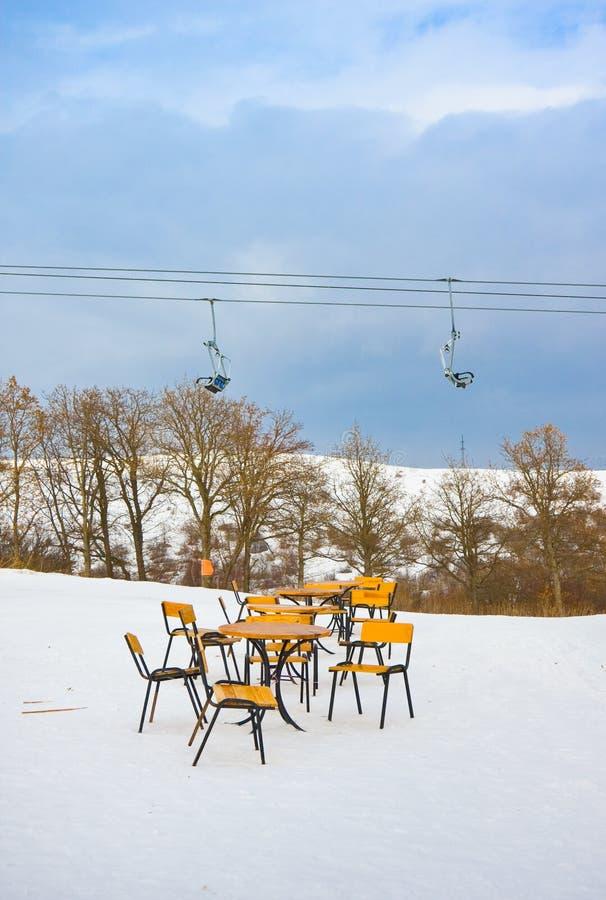 Pusta uliczna kawiarnia przeciw funicular, ośrodek narciarski Tzahkadzor, Armenia obrazy stock