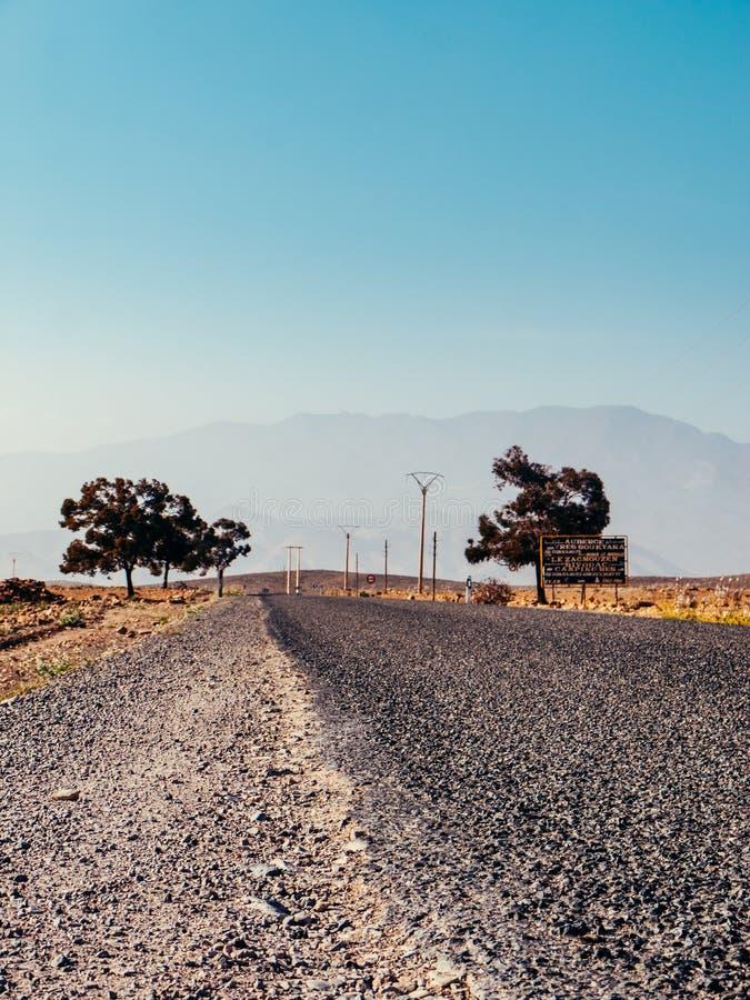 Pusta wiejska droga w Maroko obrazy royalty free