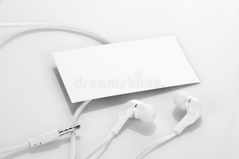 Pusta wizytówka z słuchawkami, hełmofonami/ obraz stock
