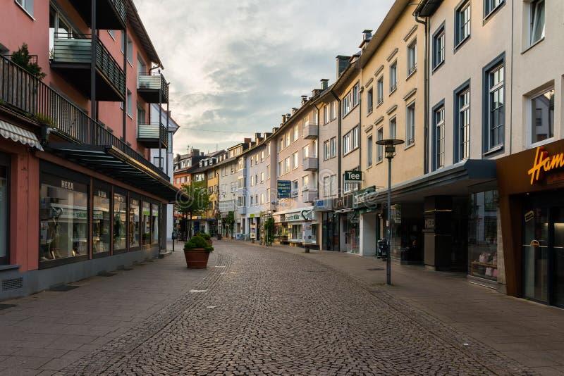 Pusta zakupy ulica w ranku świetle Friedrichshafen Niemcy obraz royalty free