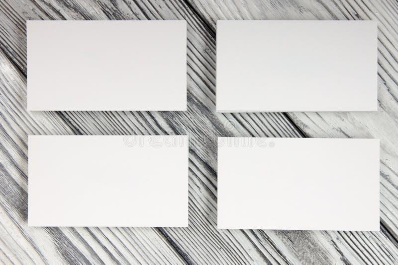 Puste białe wizytówki na drewnianym tle obrazy stock
