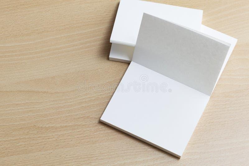 Puste białe wizytówki na drewnianym tle dla oznakować jazia obraz royalty free