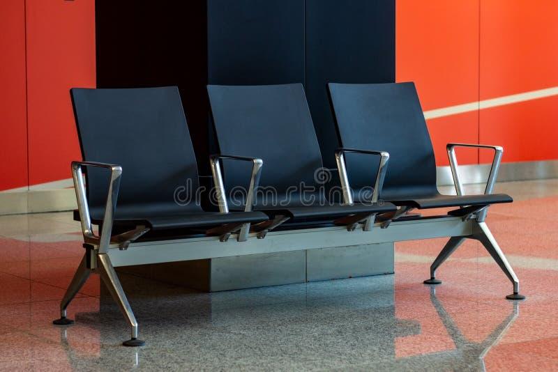 Puste czarne siedzenia w poczekalni na lotnisku zdjęcie stock