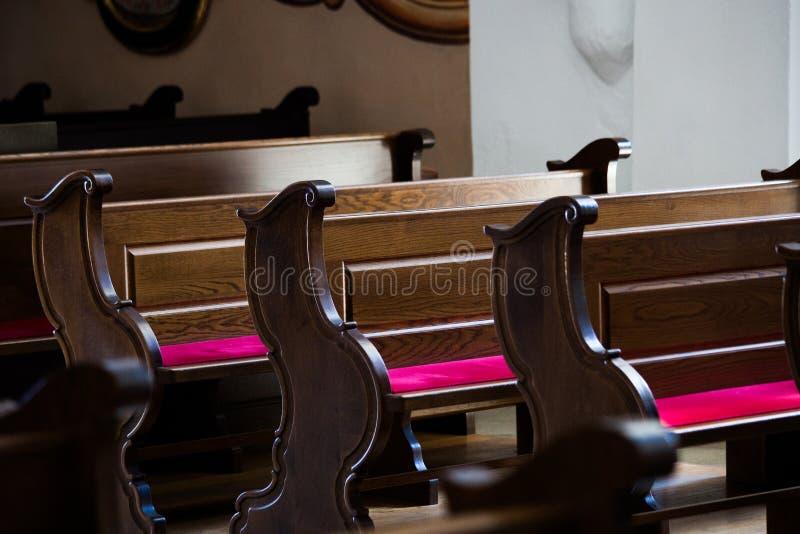 Puste drewniane ławki w kościół katolickim zdjęcia royalty free