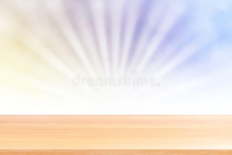 Puste drewno stołu podłoga na miękkim błękitnym bokeh świateł promieniu błyszczą gradientowego tło, drewniana deska pusta na błęk obrazy royalty free