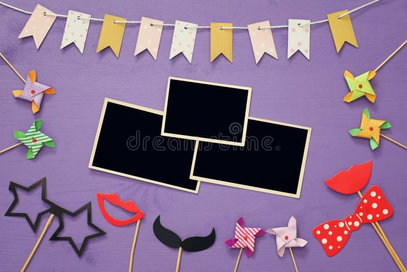 Puste fotografii ramy obok śmiesznych partyjnych akcesoriów fotografia stock