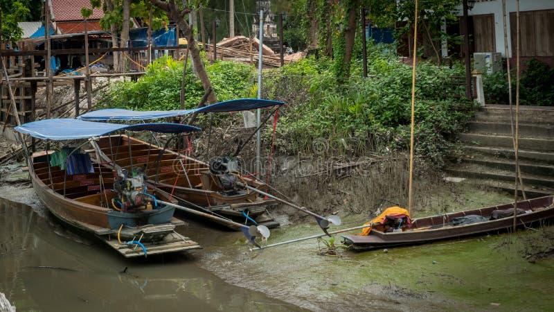 Puste Kanałowe łodzie w obszarze zamieszkałym w czasie odpływu morza obrazy royalty free