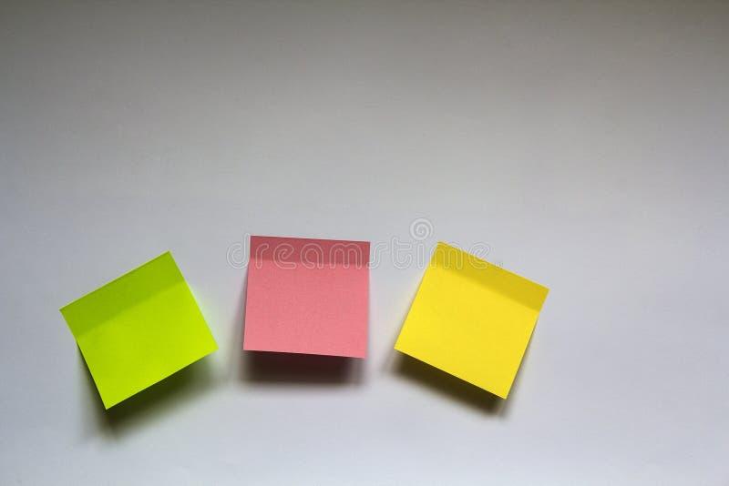Puste kolorowe kleiste notatki na bielu izolują tło zdjęcia stock