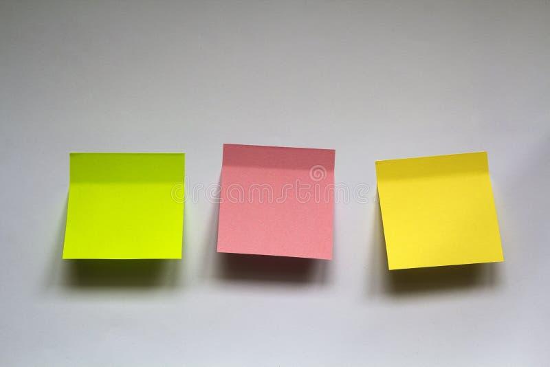 Puste kolorowe kleiste notatki odizolowywać na bielu izolują tło fotografia royalty free