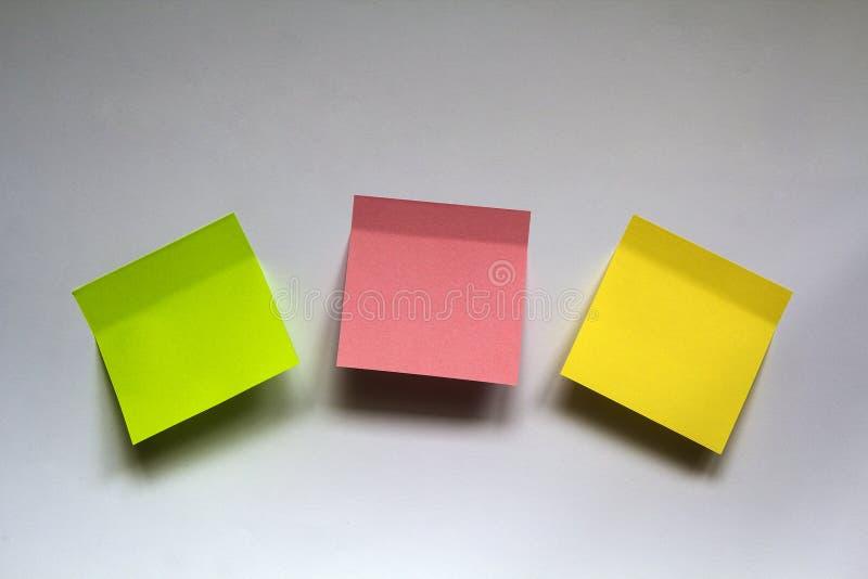 Puste kolorowe kleiste notatki odizolowywać na bielu izolują tło obrazy royalty free