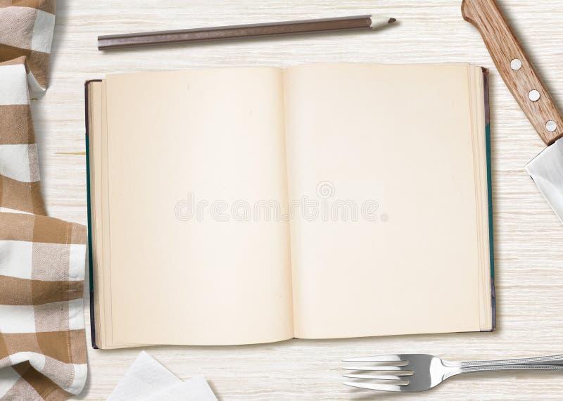 Puste kulinarne przepis notatki, książka z ołówkiem na kuchennym stole lub obraz royalty free