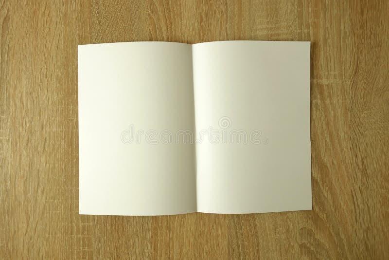 Puste miejsce broszurki lub książki mockup na drewnianym stole obraz stock