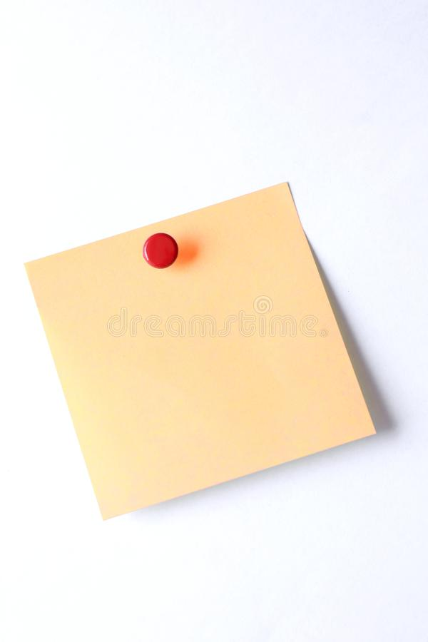 Puste miejsce ja kleista notatka z pchnięcie szpilką odizolowywającą na białym tle zdjęcia stock