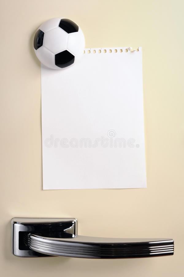 Puste miejsce notatka z futbolowym magnesem na lata pięćdziesiąte fridge drzwi obrazy stock