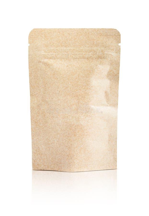 Puste miejsce pakuje przetwarzającą Kraft papieru kieszonkę odizolowywającą na bielu zdjęcia stock
