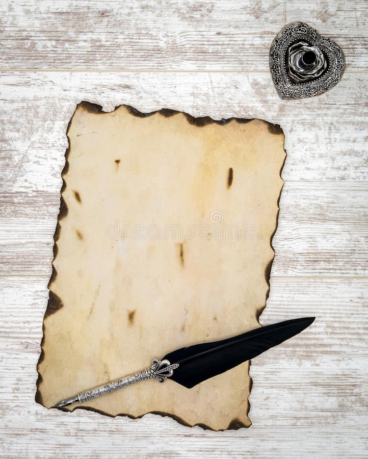 Puste miejsce palił rocznik kartę z atramentem i dutka na bielu malował dębu - odgórny widok obraz stock