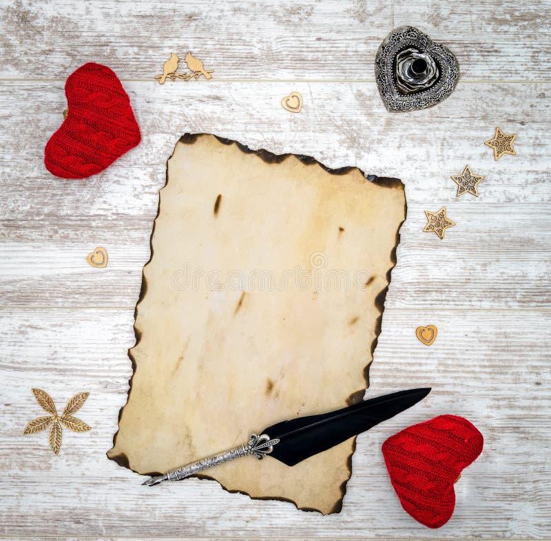 Puste miejsce palił rocznik walentynki dnia kartę z czerwonymi cuddle sercami, drewnianymi dekoracjami, atramentem i dutką, - odg fotografia royalty free